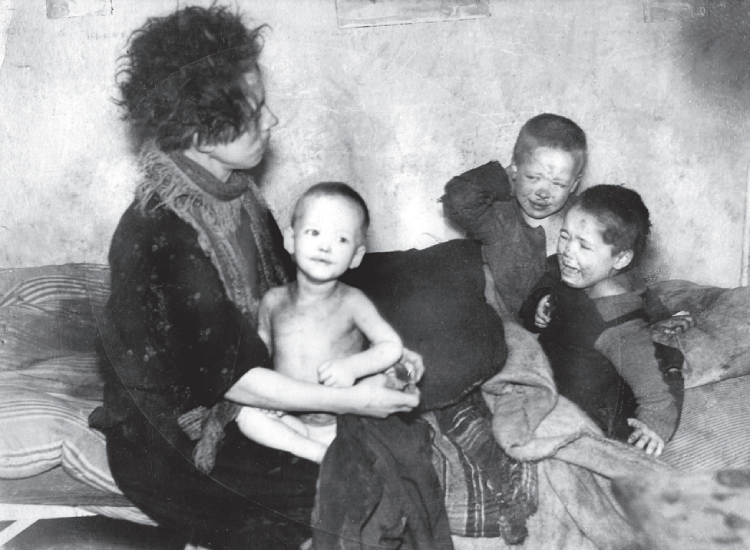 Een geschokte inspecteur van de Stichting Volkswoningen maakte in een woning aan het Utrechtse Houtplein deze foto van een alleenstaande moeder met drie kinderen.