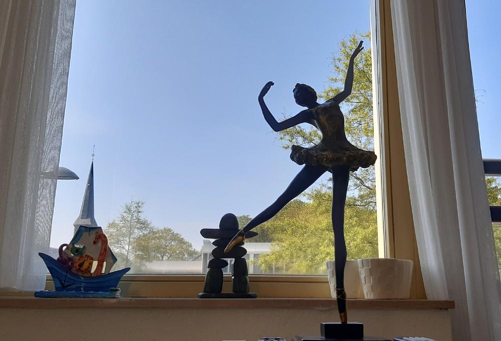Beeld van een balletdanseres in de huiskamer van Hans in Ermelo