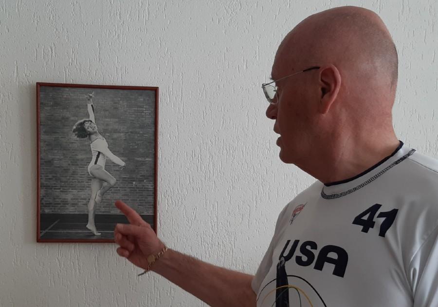 Hans van Zetten in zijn woonkamer, bij de foto van zijn zus