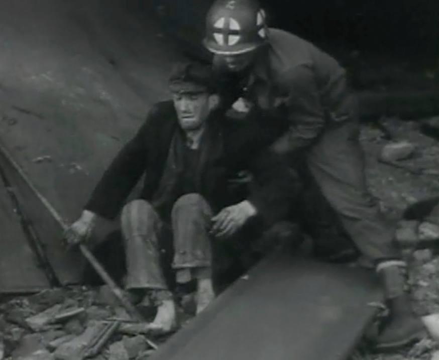 Amerikaan helpt een overlevende van de Boelckekazerne.