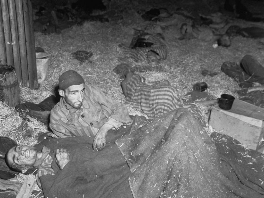 Twee overlevenden in een van de tankgarages in de Boelckekazerne.