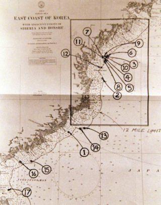 Kaart met 17 locaties waar de USS Pueblo de territoriale wateren van Noord Korea zou zijn binnen gegaan