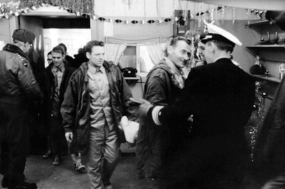 Bemanningsleden USS Pueblo tijdens hun vrijlating, 23 december 1968