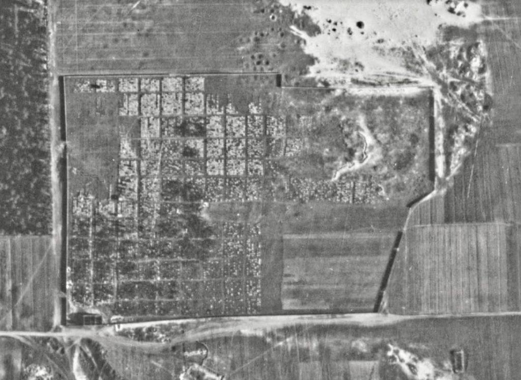Luchtfoto van Bagnowka in 1944. Het ruitpatroon van de verschillende secties is duidelijk te onderscheiden. (Foto: Luftwaffe/Jewish Heritage Europe)