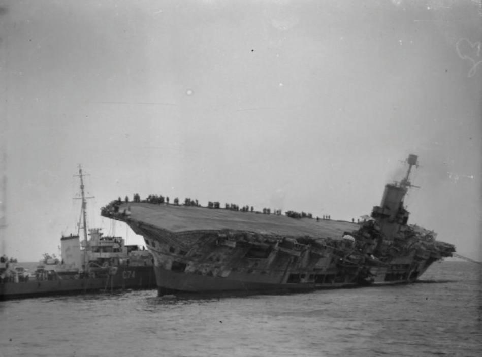 Zwaar beschadigde HMS Ark Royal na de aanval door Friedrich Guggenberger