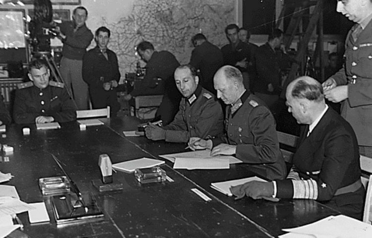 7 mei 1945 - Ondertekening van de onvoorwaardelijke capitulatie van alle Duitse troepen door Alfred Jodl in Reims