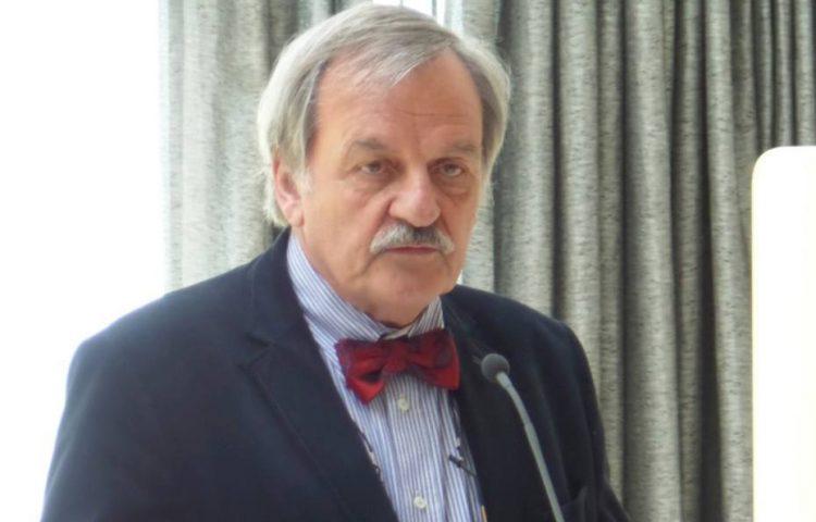 Alexander Münninghoff tijdens zijn lezing over zijn boek 'De stamhouder' bij Stichting Russisch Ereveld in Leusden op 9 mei 2015.