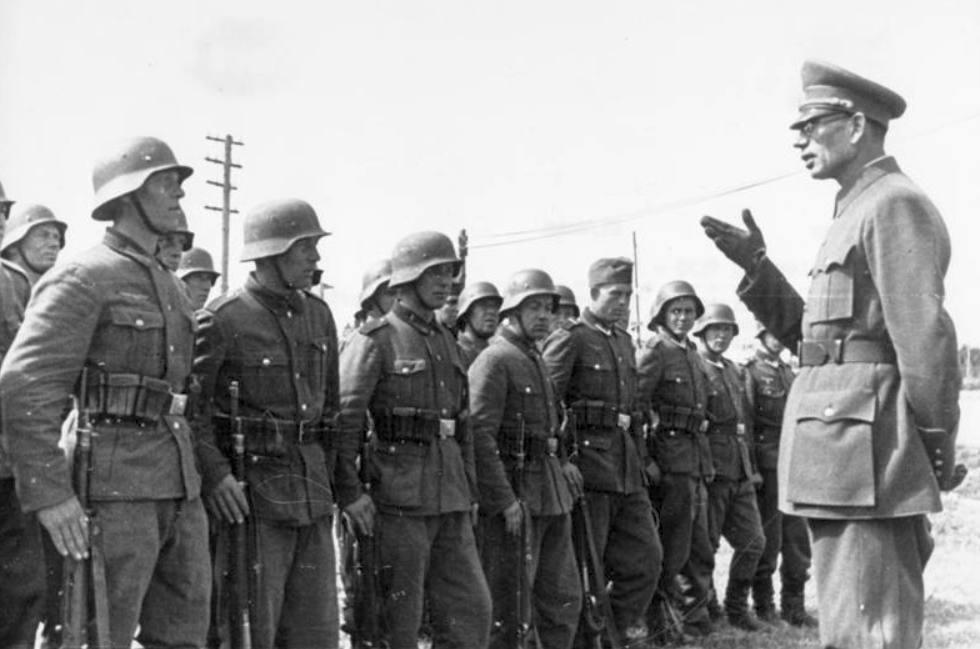 Generaal Andrej Vlasov voor leden van het Russisch patriottisch leger
