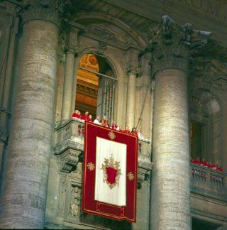 Habemus papam - De nieuw verkozen paus Johannes Paulus II op het balkon van de Sint Pieter, 16 oktober 1978
