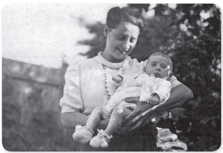 Flory met Koentje in Kijkduin, zomer 1942. Uit: Remi