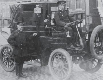 H.F. Koek achter het stuur van een Atax, op het Damrak, hoek Dam in 1910 (foto Stadsarchief Amsterdam)