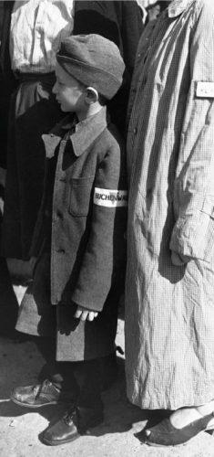 Een jonge overlevende van de Holocaust op appel