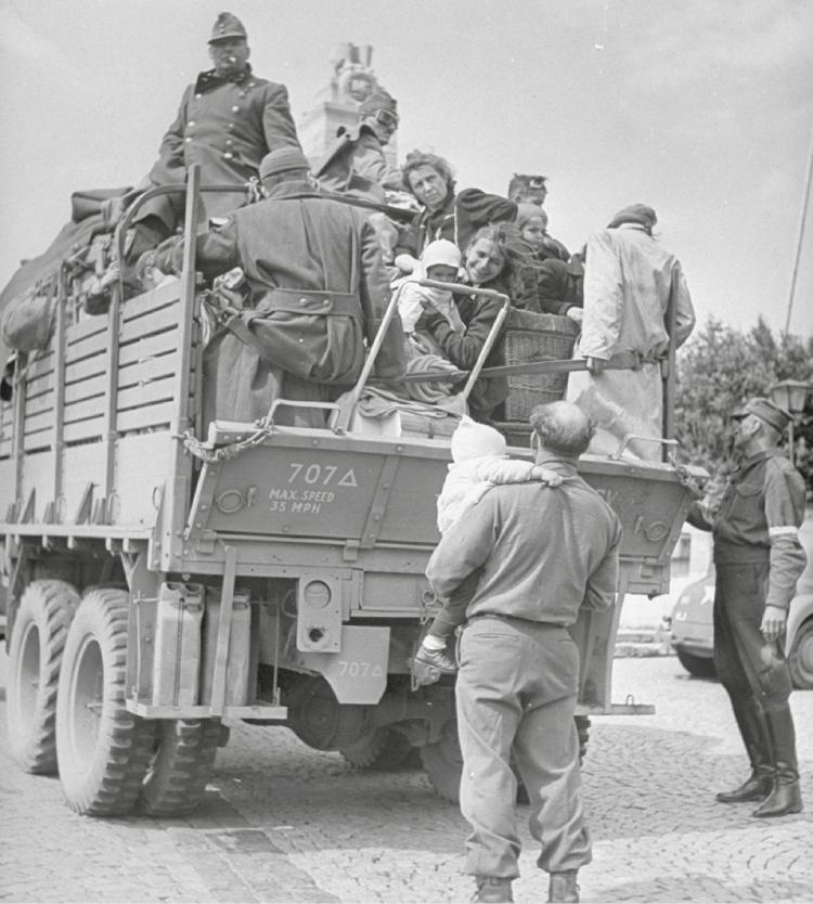 Een truck van de United Nations Relief and Rehabilitation Administration vol met ontheemden
