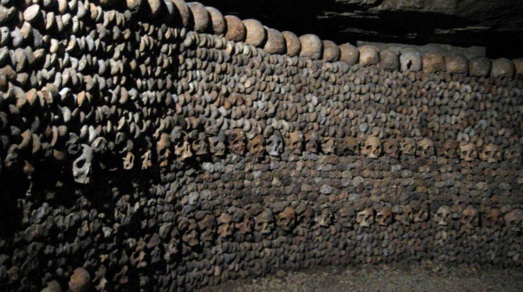 Knekelwand in de catacomben van Parijs