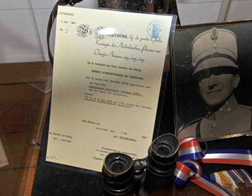 Foto van Christiaan Boers, commandant over Stelling Kornwerderzand, met oorkonde voor de toekenning van het Bronzen Kruis