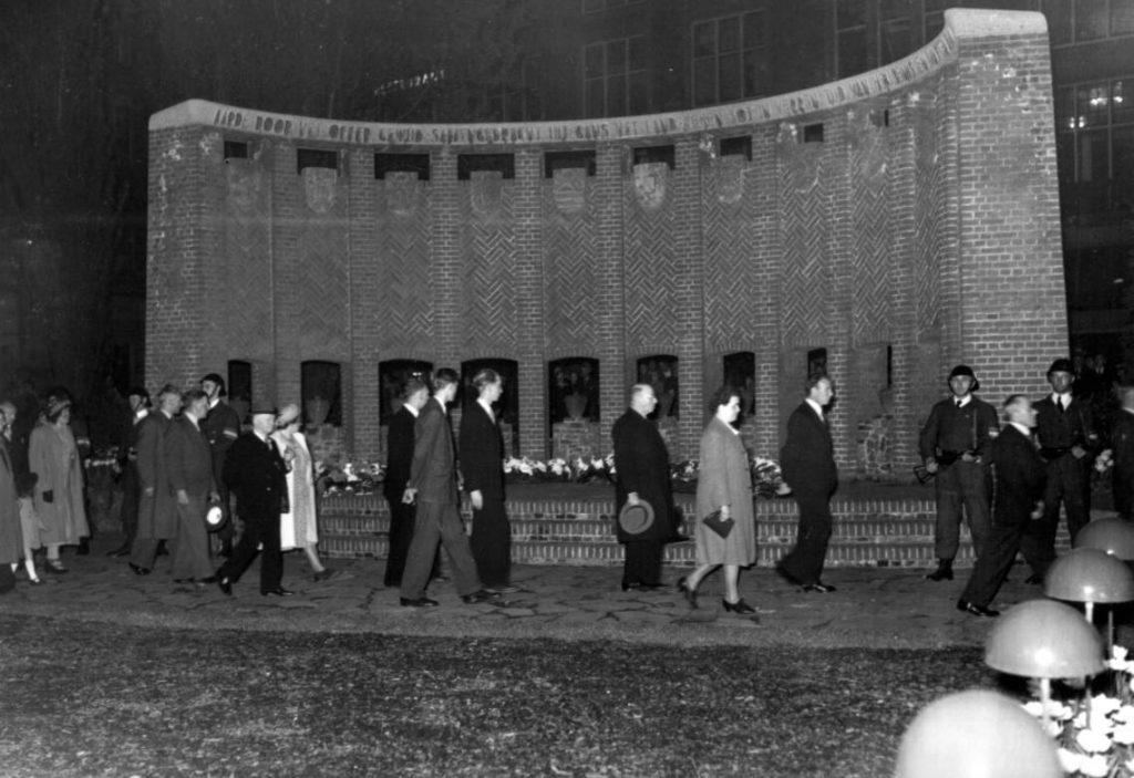 Herdenking van slachtoffers van de Tweede Wereldoorlog bij het voorlopige monument op de Dam, 4 mei 1949