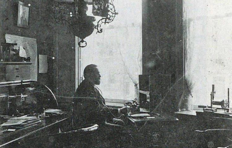 Jan Daniël Boeke in zijn werkkamer, ca. 1898.