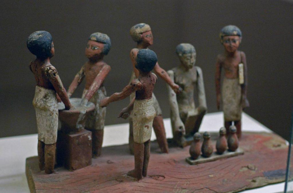 Egyptisch sculptuur waarop de vervaardiging van bier is afgebeeld