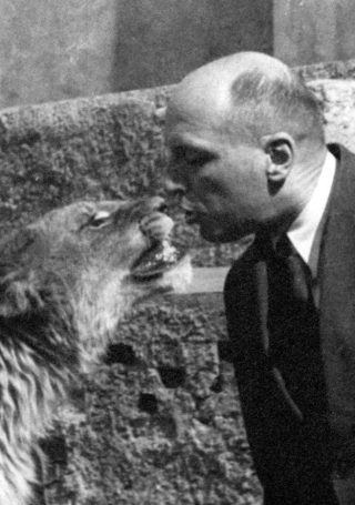 Jan Żabiński met een leeuw