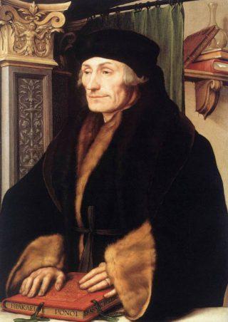Portret van Erasmus van Rotterdam – Hans Holbein de jongere, 1523 (Publiek Domein - wiki The National Gallery London) - Erasmus draagt een zwarte bonnet en een zwarte met bont gevoerde tabbaard, waarvan de wijde mouwen zijn omgeslagen. Zijn golvende haar is ter hoogte van het oor afgesneden.