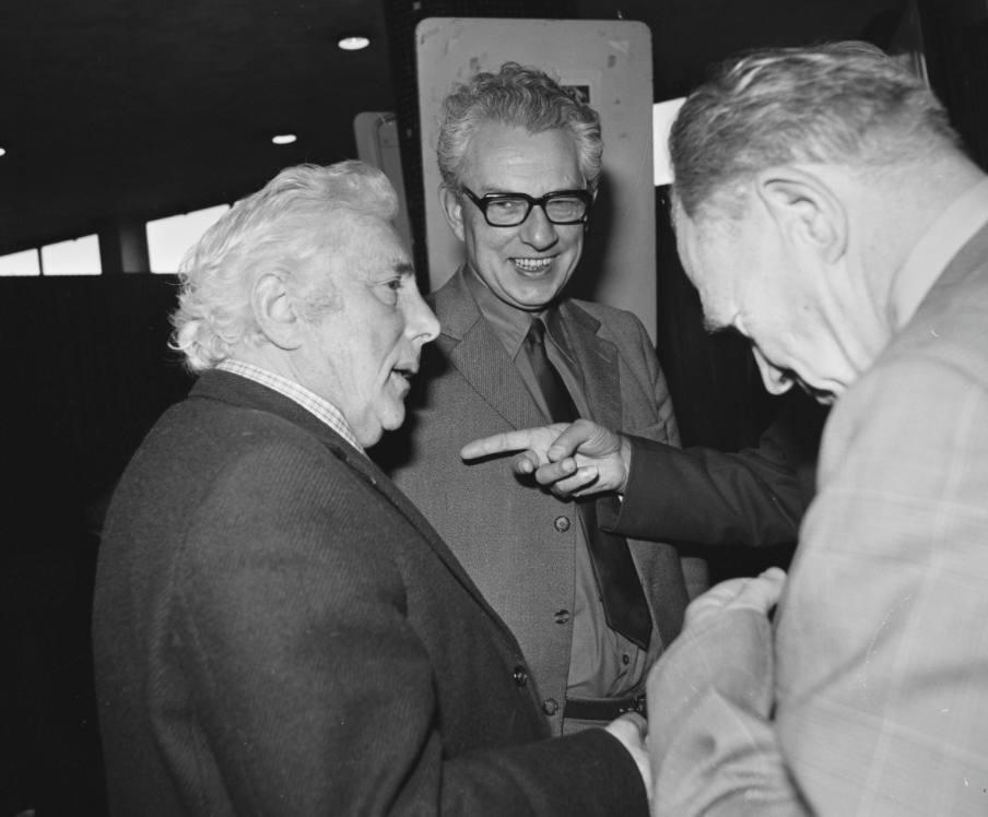 Paul de Groot (links) en Marcus Bakker op een CPN-conferentie, 1973