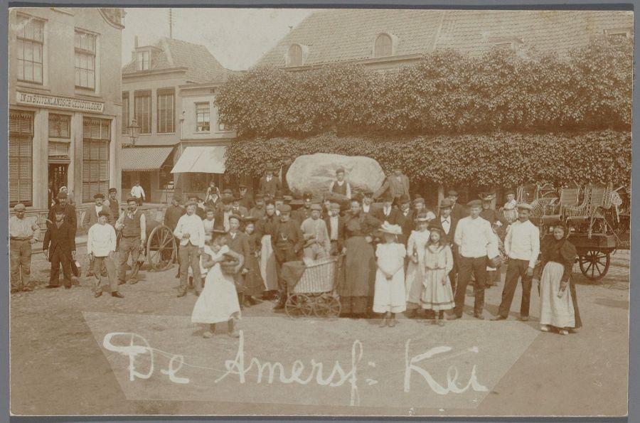De Amersfoortse kei, net opgegraven, ligt op een kar voor transport naar Plantsoen-West. Hij is nog niet versierd. Varkensmarkt, bij de Utrechtsestraat.