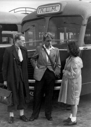 Marcus Bakker (midden), algemeen secretaris van de CPN-jongerenorganisatie ANJV, 1947
