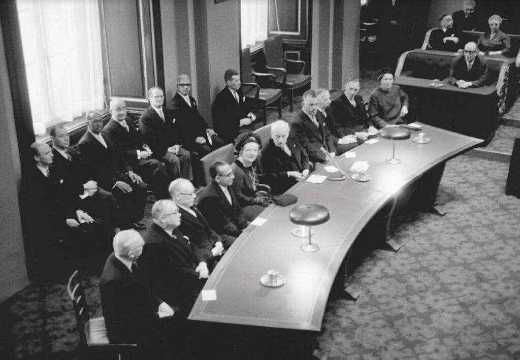 Viering 500 jaar Staten-Generaal in de zaal van de Eerste Kamer (1964); aan de tafel rechts Annie Averin