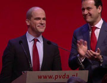 Diederik Samsom na zijn afscheidstoespraak op het PvdA verkiezingscongres van 2017. Naast hem de nieuwe partijleider Lodewijk Asscher.