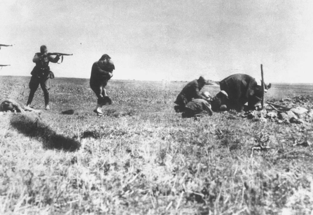 Joden worden vermoord door leden van een Einsatzgruppe nabij Ivangorod in Oekraïne.