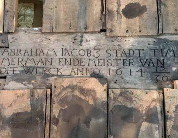 De inscriptie die is gevonden in het voormalige stadhuis van Bolsward