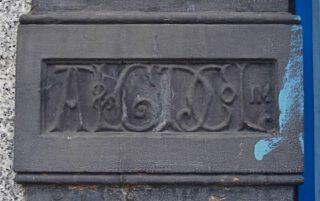 Insigne van de Artizans, Labourers & General Dwellings Company op een pand in Londen