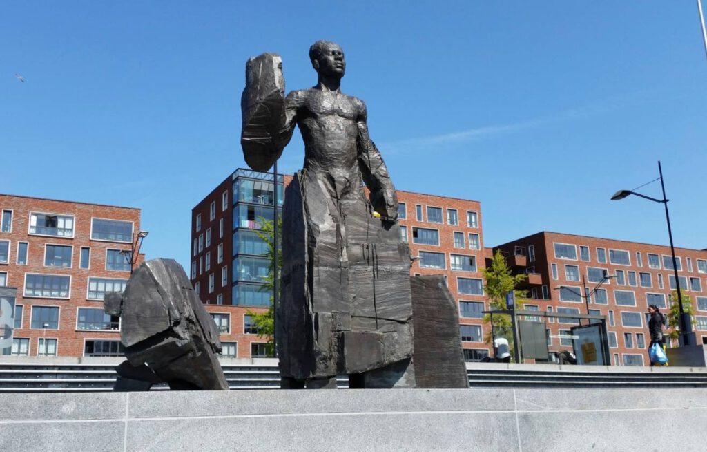 Impressie van het Monument voor Anton de Kom, Anton de Komplein in Amsterdam Zuidoost