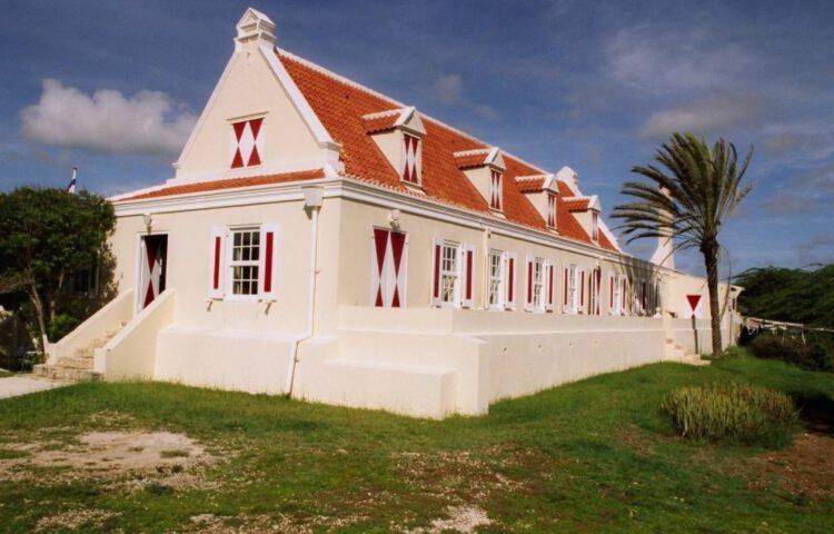 Hoofdgebouw van een voormalig plantagegebouw op Curaçao