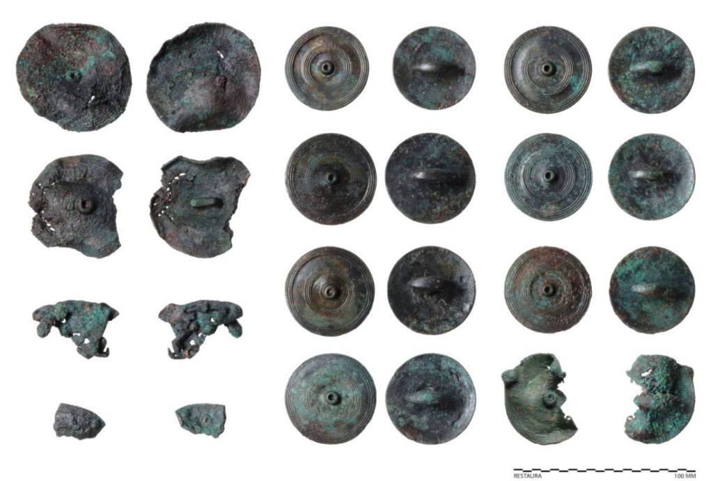 Bronzen sierschijven behorend bij paardentuig uit het wagengraf van Heumen.