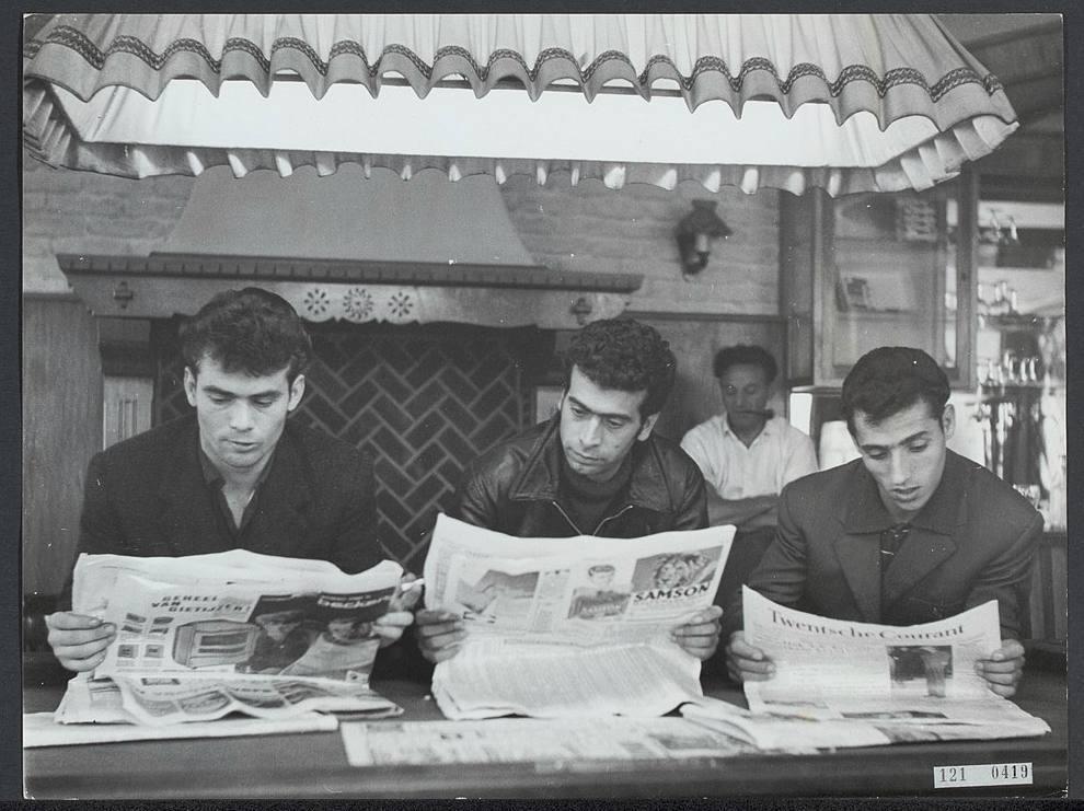 Italiaanse gastarbeiders in Twente lezen Nederlandse kranten
