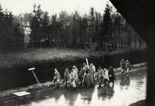 Gevangenen van Dachau tijdens een Dodenmars, 28 april 1945