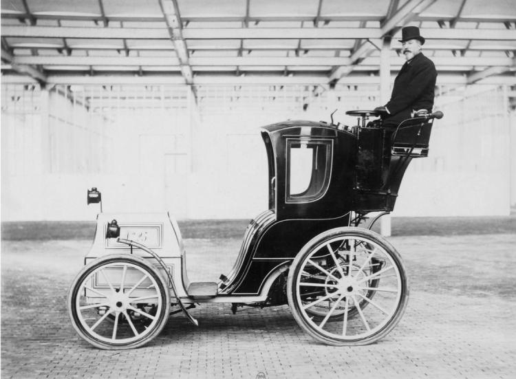 Een trotse deelnemer aan het concours voor rijtuigjes zonder paard.
