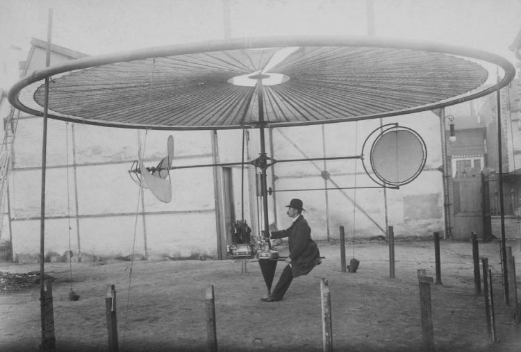 De Franse ingenieur Henry Villard met zijn 'luchtautomobiel'. Foto Jules Beau. Uit: De eerste sportfotograaf.
