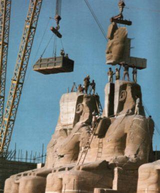 Aboe Simbel - Het beeld van Ramses de Grote wordt opnieuw in elkaar gezet na de verhuizing in 1967