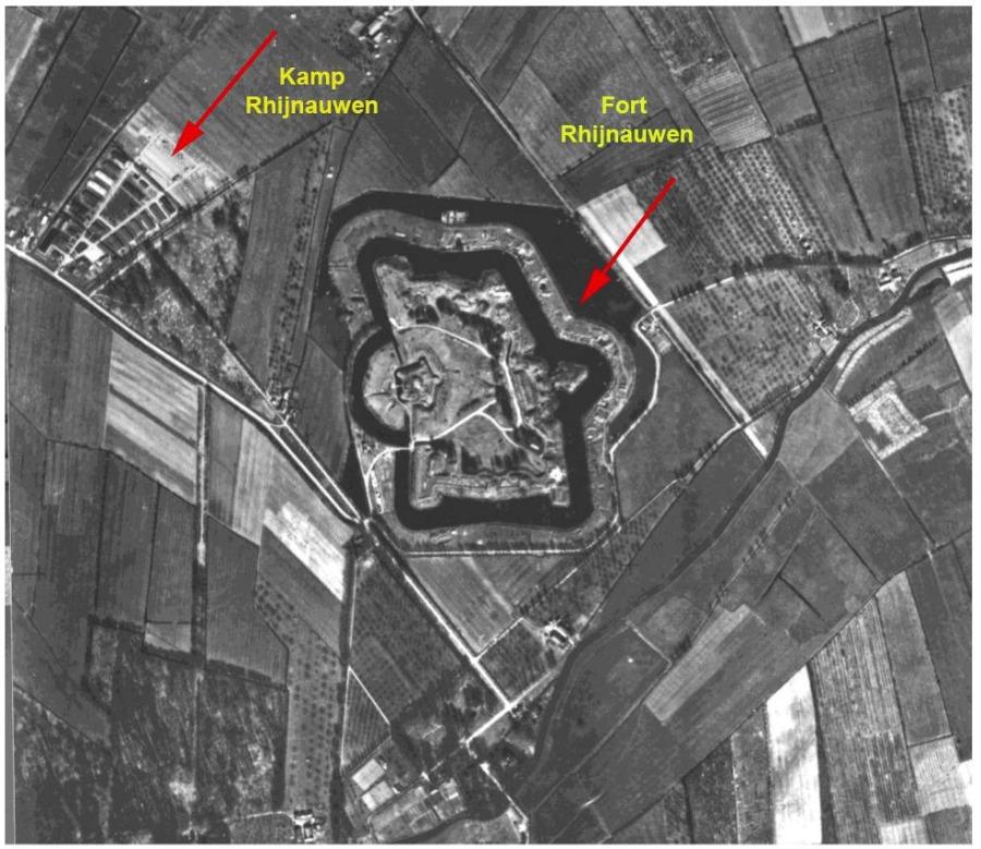 Luchtfoto, waarschijnlijk eind 1947 of 1948. In het midden Fort Rhijnauwen en links Kamp Rhijnauwen. Collectie Dirk de Groot