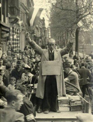 Arrestatie van een NSB'er op de Bemuurde Weerd O.Z., vermoedelijk wachtcommandant D.J. Donk van het concentratiekamp Amersfoort. Het Utrechts Archief, collectie beeldmateriaal