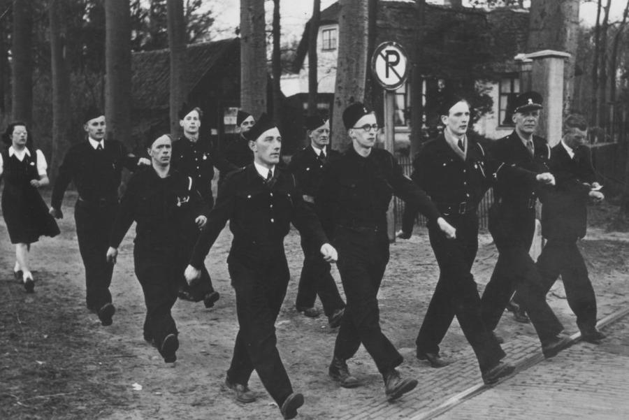Personeelsleden van Kamp Rhijnauwen deden vaak mee aan lange wandeltochten. Deze foto kwam in 2019 boven water. Privécollectie fam. Spierenburg