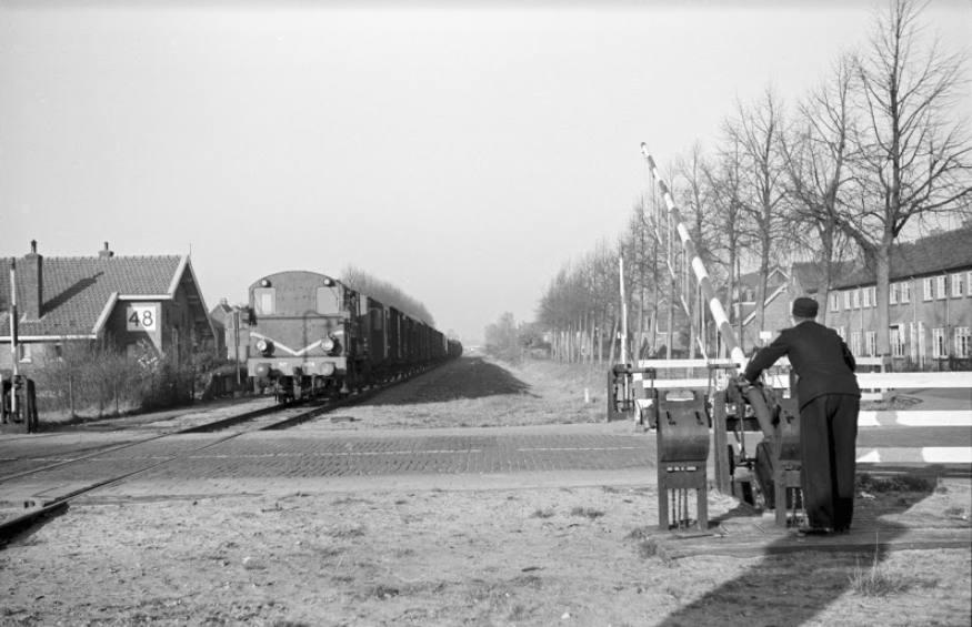 Handmatige bediening van een spoorboom bij een verdwenen spoorlijn