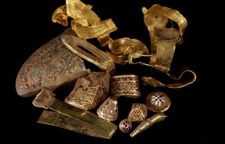 Enkele siervoorwerpen uit de schat van Staffordshire