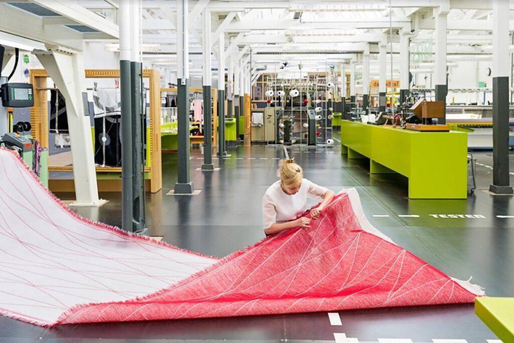 Samira Boon aan het werk in het TextielLab