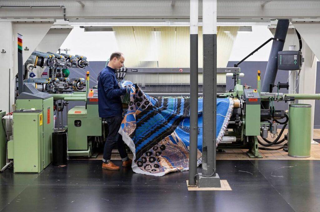 Kustaa Saksi aan het werk in het TextielLab
