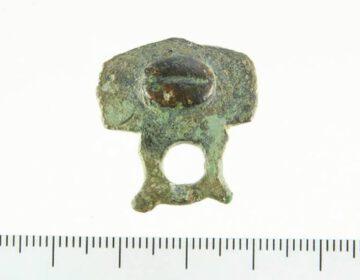 Beslagstuk van Romeins paardentuig geschikt om decoratieve hanger aan te bevestigen. Vindplaats: omgeving Leeuwarden