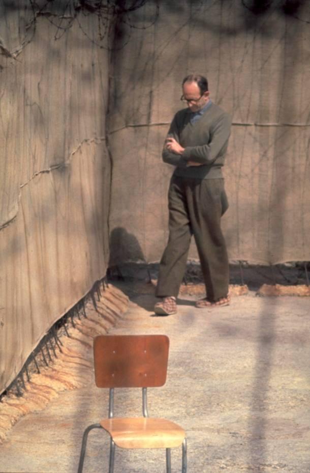 Adolf Eichmann wandelend in de binnenplaats van de Ayalongevangenis in Israël, 1961