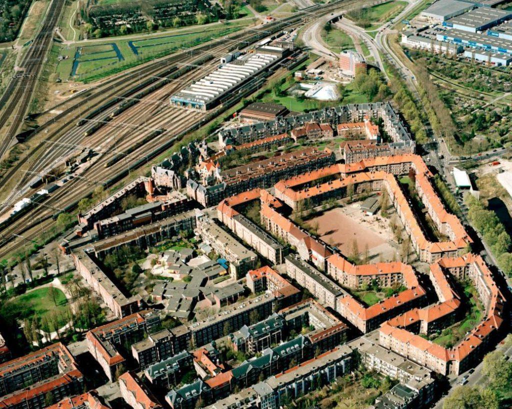 Luchtfoto van de Spaarndammerbuurt, met achteraan de Zaanhof.